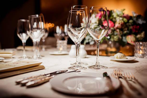 copos vazios no restaurante - muita comida imagens e fotografias de stock