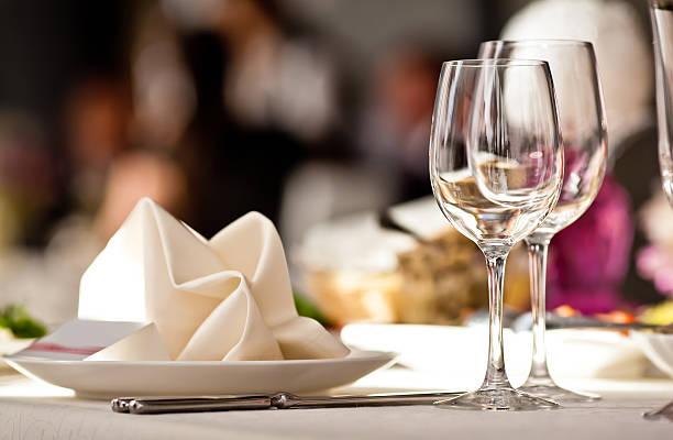copos vazios definidos no restaurante - muita comida imagens e fotografias de stock