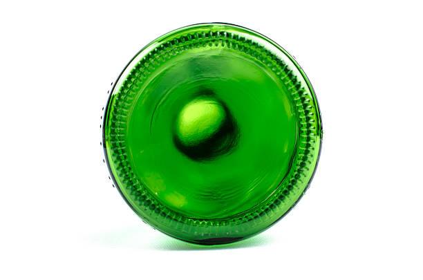 Vert bouteille vide sur fond blanc en - Photo