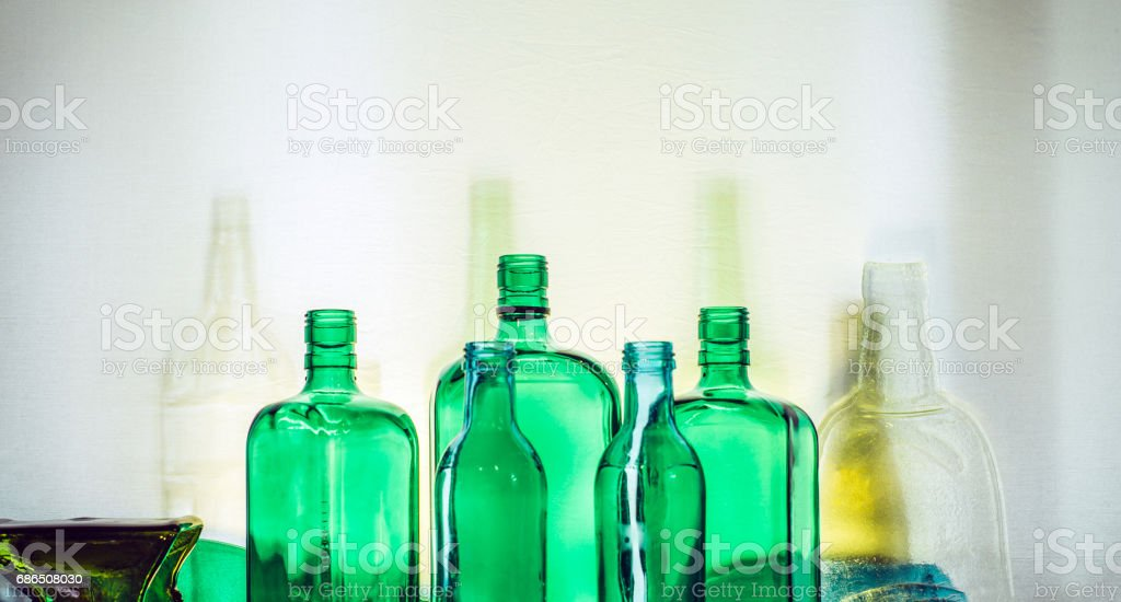 Empty green glass bottles stand in row Drink Concept foto stock royalty-free