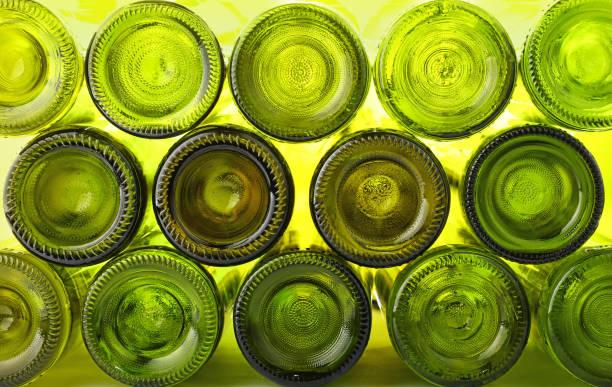 leere grüne wein glasflaschen isoliert auf weiss - recycelte weinflaschen stock-fotos und bilder