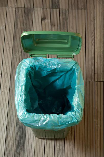 Leere grüne Mülleimer – Foto