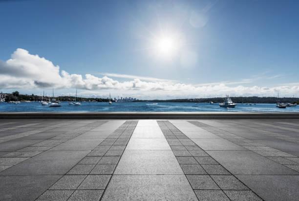 leere Boden vom Hafen mit vielen Segelbooten am Meer – Foto