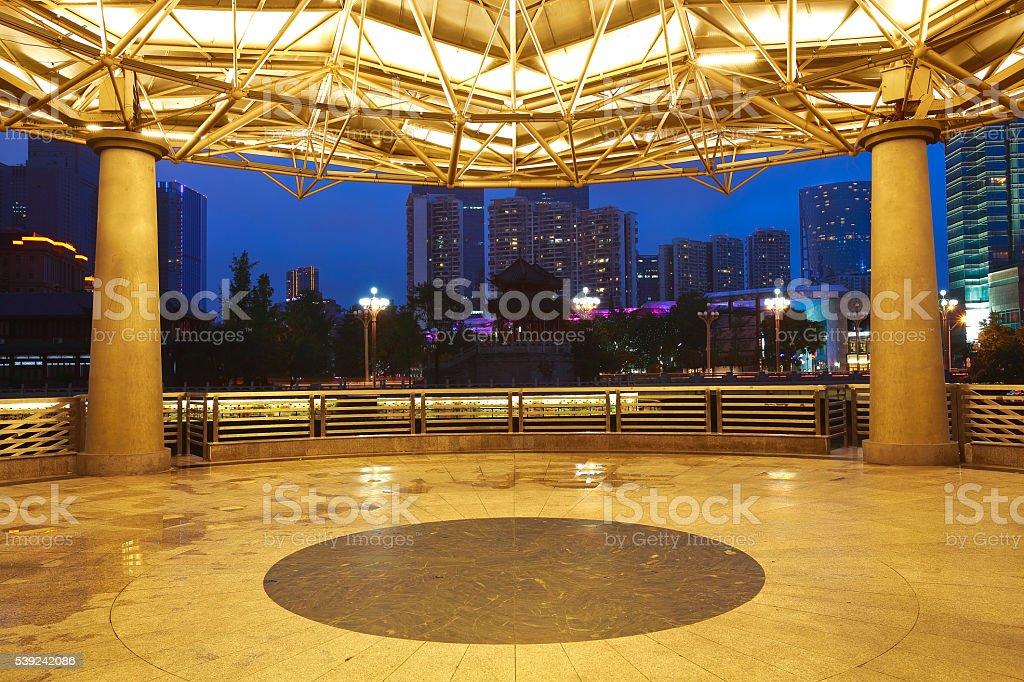 Tierra pabellón vacío con la arquitectura moderna fondo de la noche foto de stock libre de derechos