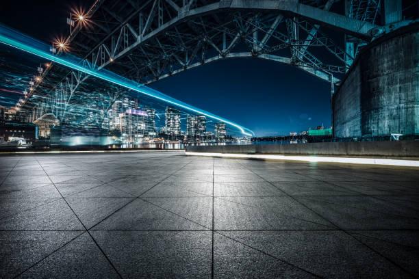 lege grond onder granville street bridge, vancouver - vancouver canada stockfoto's en -beelden