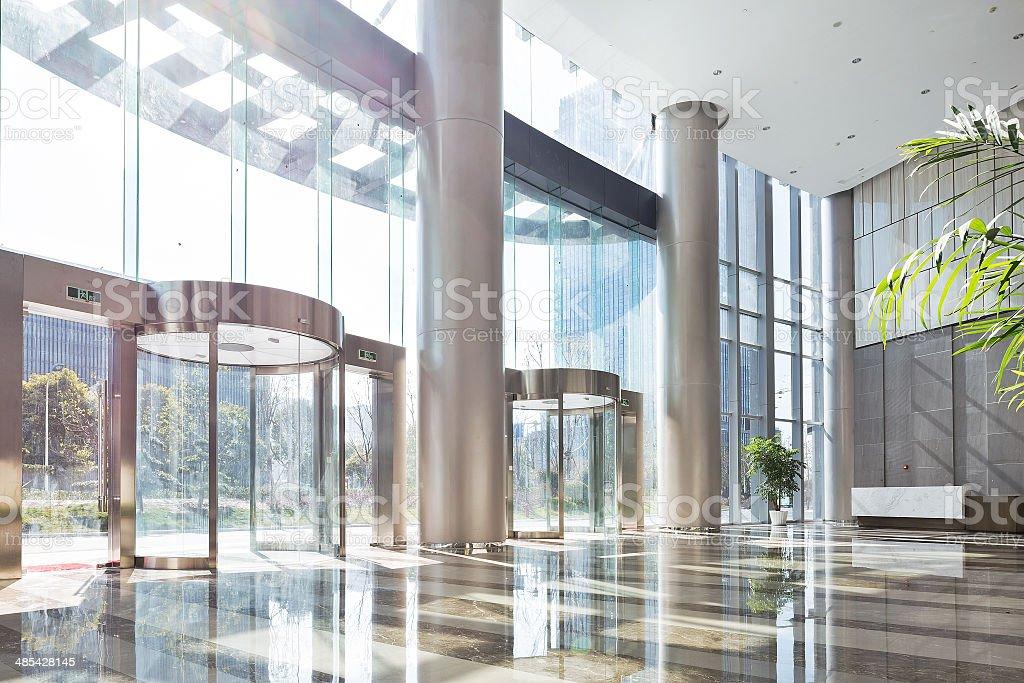 Leere Halle in das moderne Bürogebäude. – Foto