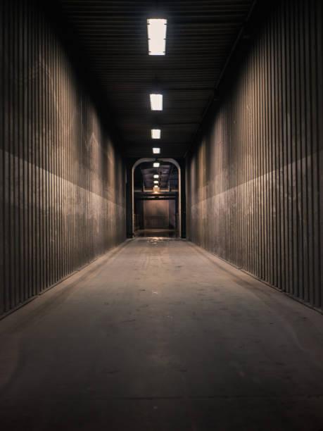 Leeren Flur in einer Fabrik mit Neon-Licht – Foto