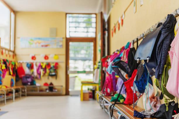 Leeren Flur in der Schule, Rucksäcke und Taschen an Haken, hellen Aufenthaltsraum – Foto