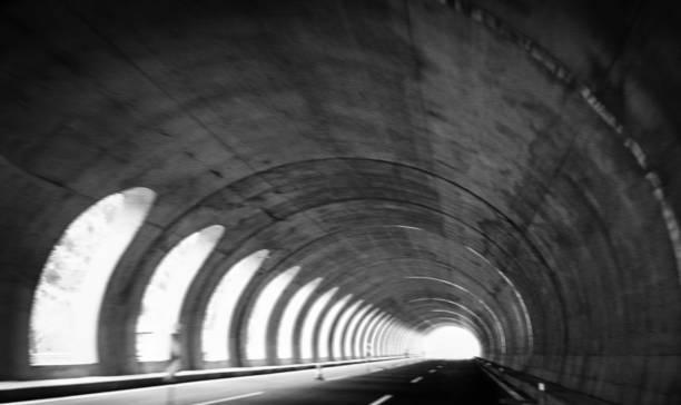 leer-autobahntunnels - tunnelkamin stock-fotos und bilder