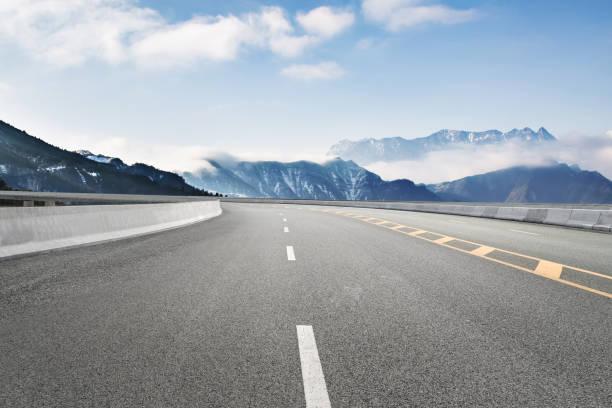 Leere Autobahnen und ferne Berge, Porzellan – Foto