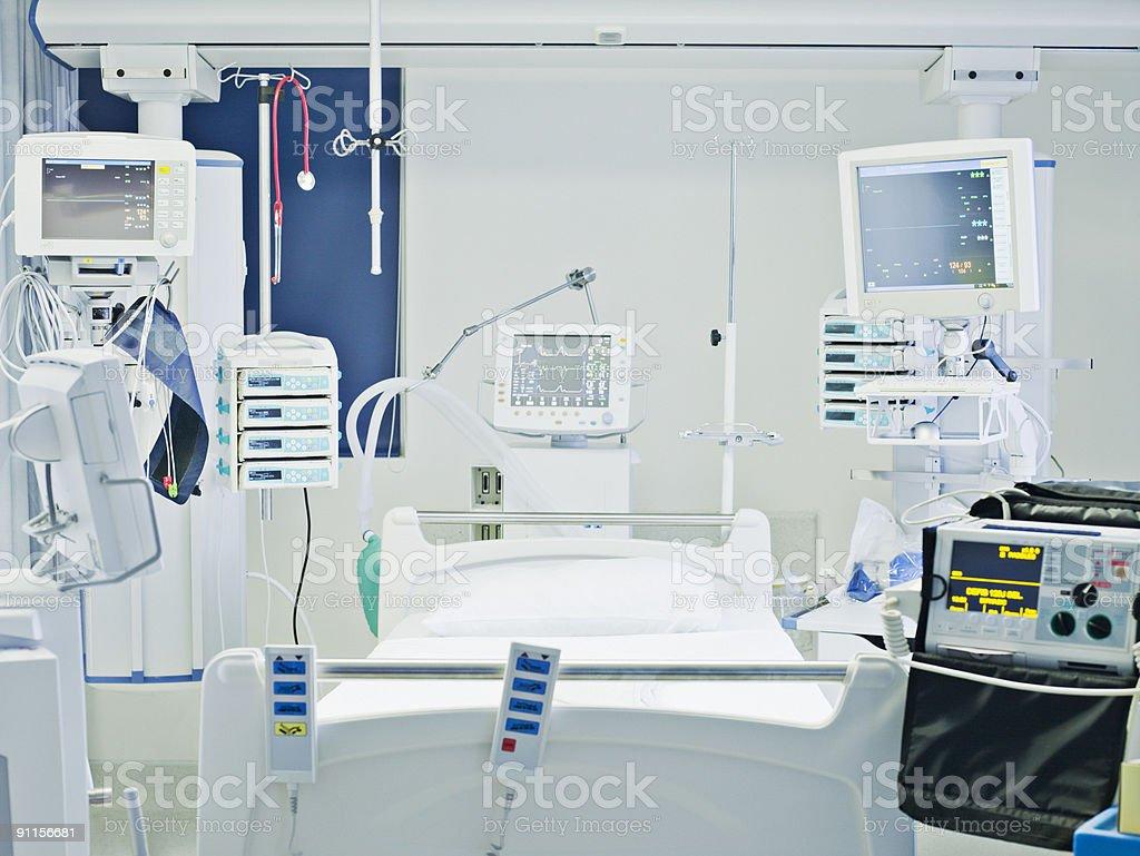 Vazio hospital cama de tratamento intensivo - foto de acervo
