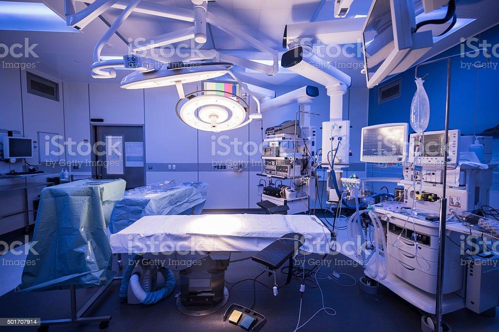 Teatro vacío hospital de funcionamiento con iluminación sobre la cama - foto de stock