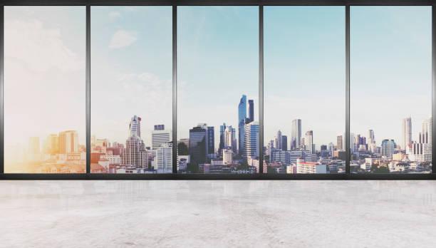 Innere Leere, Betonboden mit Glaswand und moderne Gebäude in der Stadtansicht – Foto