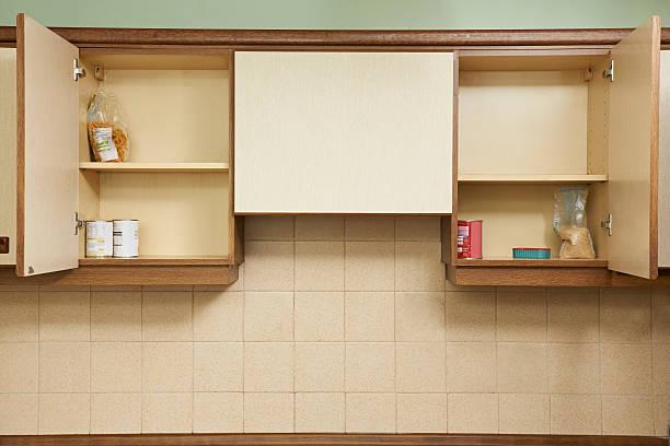 leere küche schränke - schrank stock-fotos und bilder