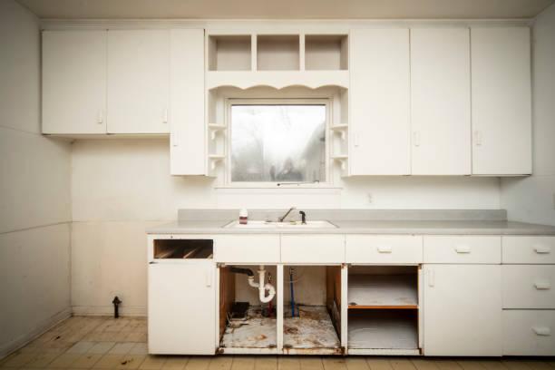 terk edilmiş evde boş mutfak stok fotoğrafı
