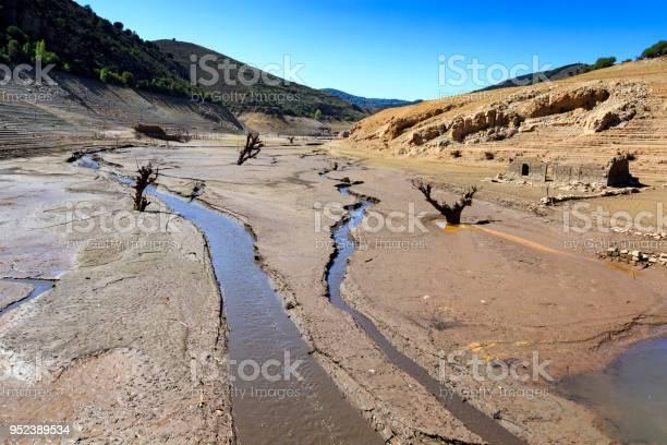 Empty lake old town of mansilla de la sierra picture id952389534?b=1&k=6&m=952389534&s=612x612&h=frfpuxohw2pr4tcytq8c3rcpnfjpqwqm3cc9igrm2nu=