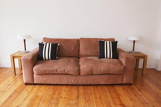 空のリビングルームには、ソファーやエンドテーブル - ソファ 無人 ストックフォトと画像