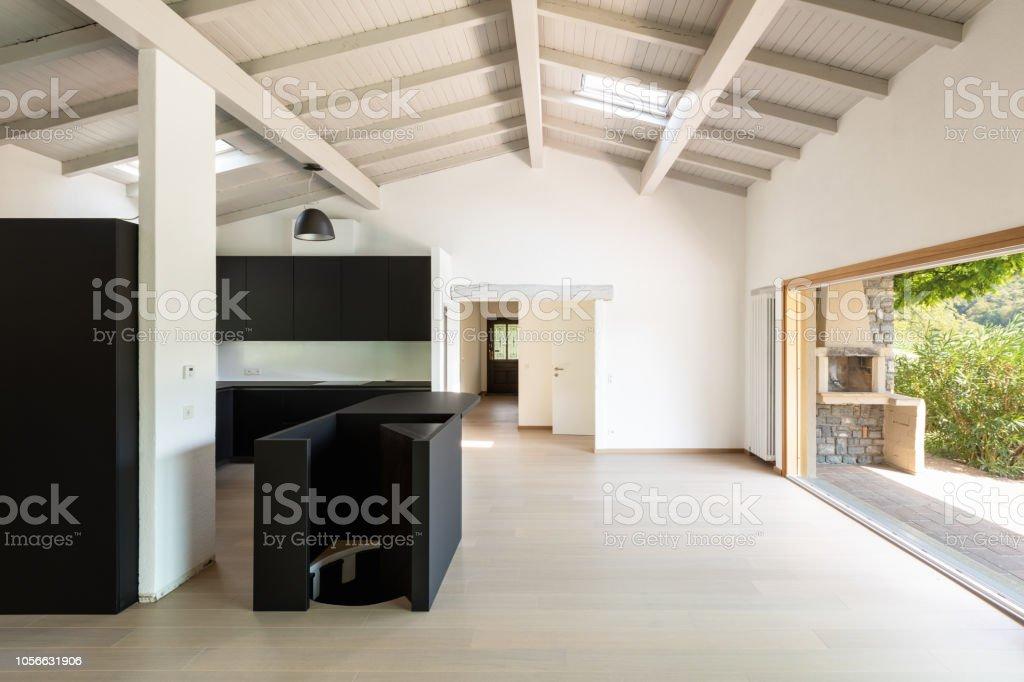 Leeren Wohnzimmer Mit Dunklen Kuche Und Insel Stockfoto Und Mehr Bilder Von Architektur Istock