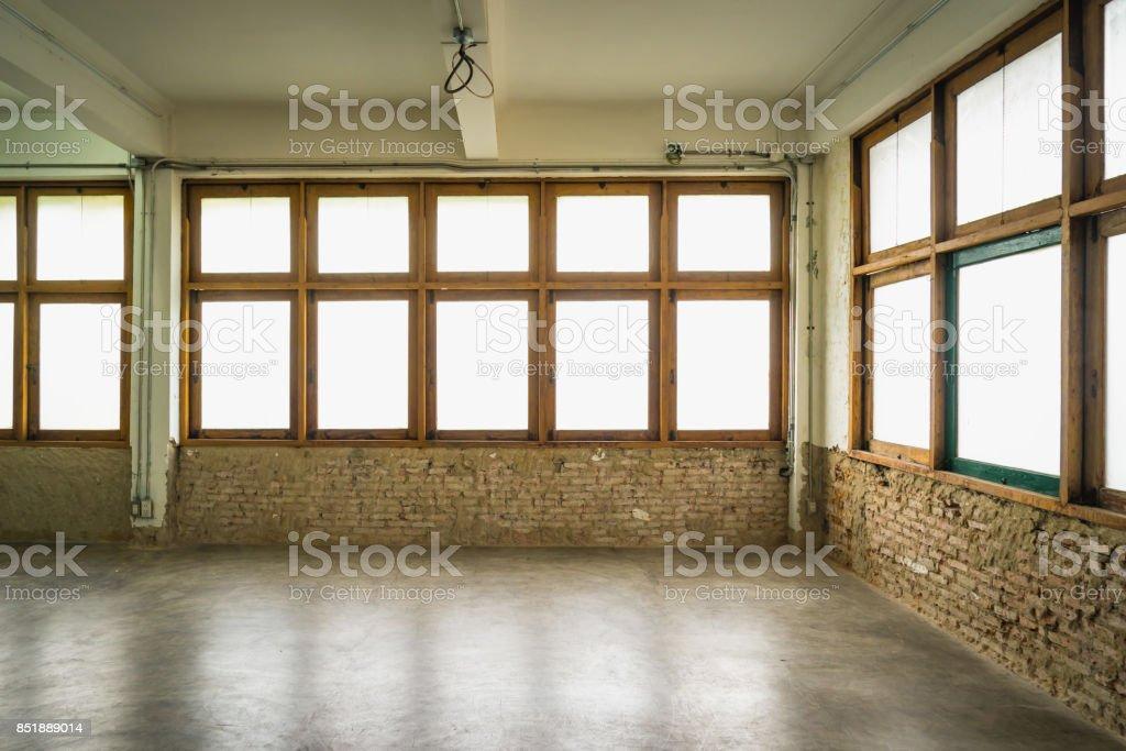 Lege zolder kamer met witte bakstenen muren stockfoto en meer