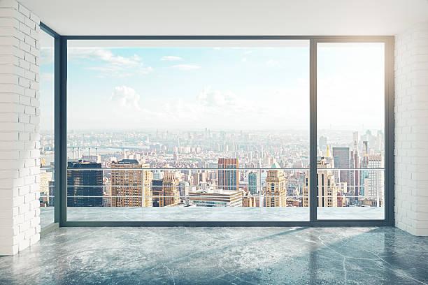 leere loft-stil mit konkreten etage und blick auf die stadt - fensterfront stock-fotos und bilder