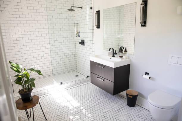 banheiro luxuoso vazio - banheiro instalação doméstica - fotografias e filmes do acervo