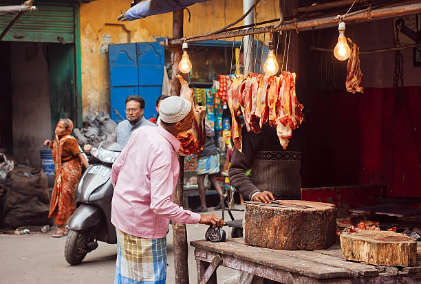 Empty man making choice at street vendore shop with meat – Foto