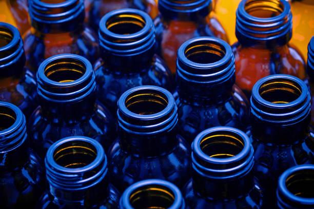 leere medizin flaschen hintergrund - braunglasflaschen stock-fotos und bilder