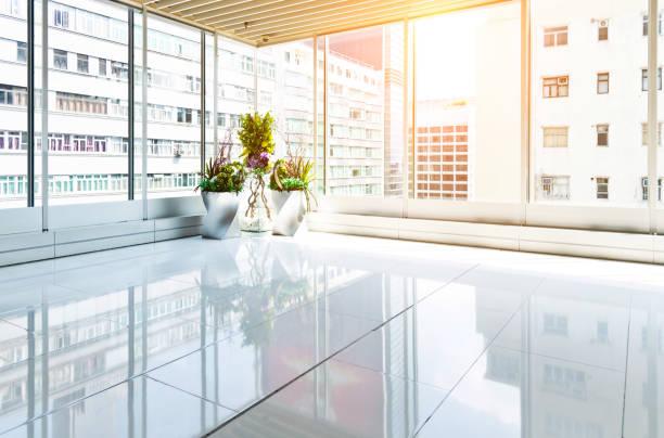 leeres modernes büro mit glasfenster - büro zukunft und niemand stock-fotos und bilder