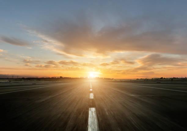 Leere Autobahn mit Sonnenuntergang – Foto