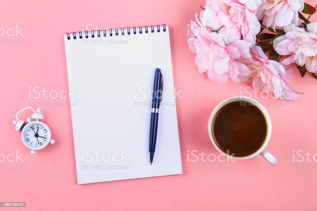Lege laptop met blauwe pen op een roze pastel achtergrond. mock-up, frame, sjabloon. - Royalty-free Achtergrond - Thema Stockfoto