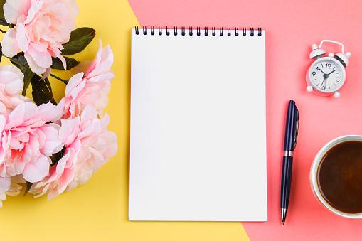 Lege Laptop Met Blauwe Pen Op Geelroze Pastel Achtergrond Mockup Frame Sjabloon Stockfoto en meer beelden van Achtergrond - Thema
