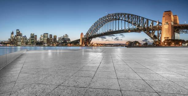 leere Aussichtsplattform mit Sydney Harbour Bridge im Hintergrund – Foto