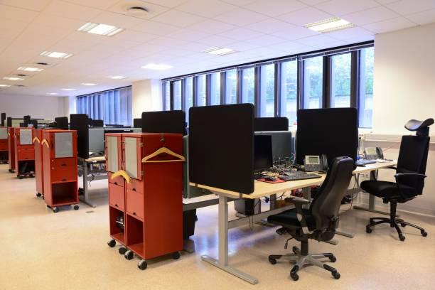 Leere Bürostühle hintereinander – Foto