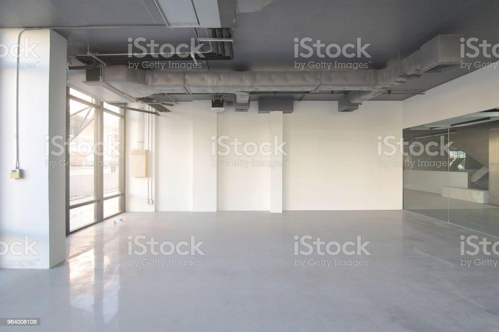 日光と大きな建物の高さの天井に室内換気システムの近代的な建物に空の事務室 - からっぽのロイヤリティフリーストックフォト