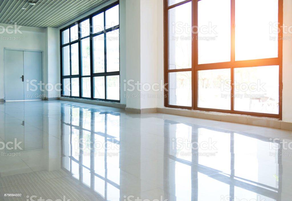 Leeres Bürozimmer mit großen Fenstern – Foto