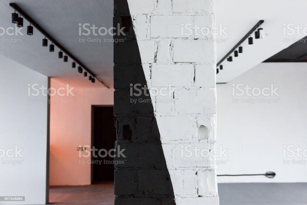 Vide salle de bureau avec brique peinte en noir et blanc mur