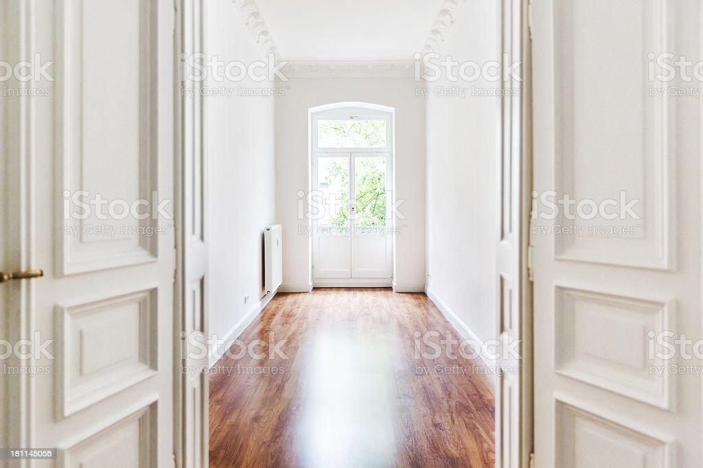 Leere alte Art Nouveau-Zimmer mit offenen Tür - Lizenzfrei Alt Stock-Foto