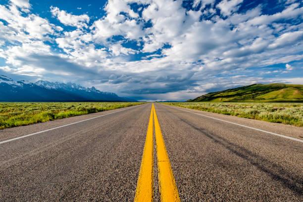 carretera vacía abierta en wyoming - vía fotografías e imágenes de stock