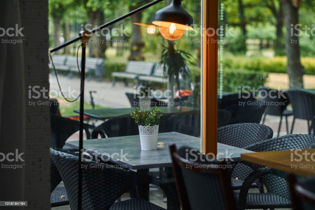 Foto De Esplanada Vazia Elegante Mobiliario Preto Contra Um Fundo Verde Do Parque Mesas E Cadeiras No Terraco Do Restaurante E Mais Fotos De Stock De Almoco Istock
