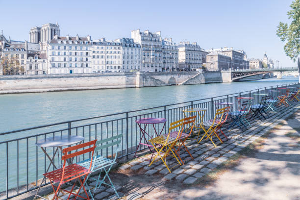 leere straßencafé am ufer der seine - paris sommer stock-fotos und bilder