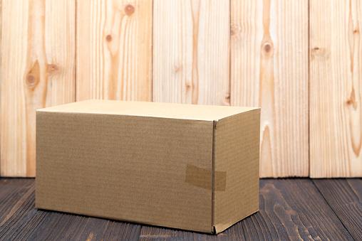 Leeg Pakket Bruine Kartonnen Doos Of Lade Op Houten Achtergrond Mock Up Stockfoto en meer beelden van Achtergrond - Thema