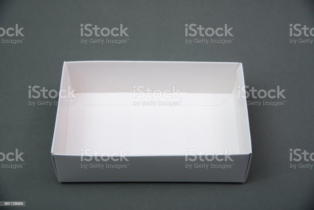 Boş paket beyaz karton kutu veya tepsi gri arka plan üzerinde ürün için. - Royalty-free Ambalaj Stok görsel