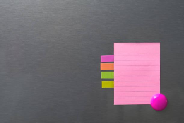 Leeres Papier auf Kühlschranktür mit Kreis-Magnet. – Foto