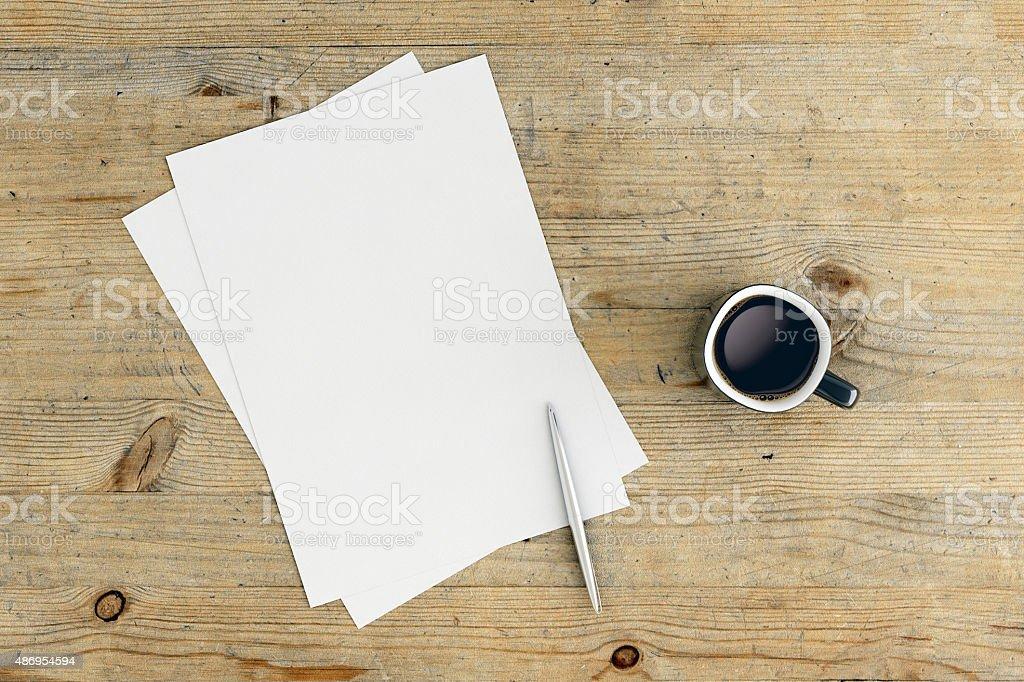 Leeres Papier mit Stift und Kaffee am Tisch – Foto