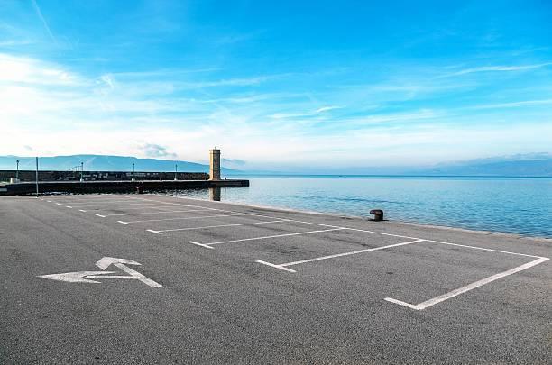Aire de stationnement vide avec paysage de la mer - Photo
