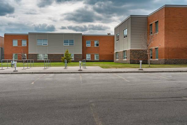 leere Parkplätze mit Gebäudehintergrund – Foto