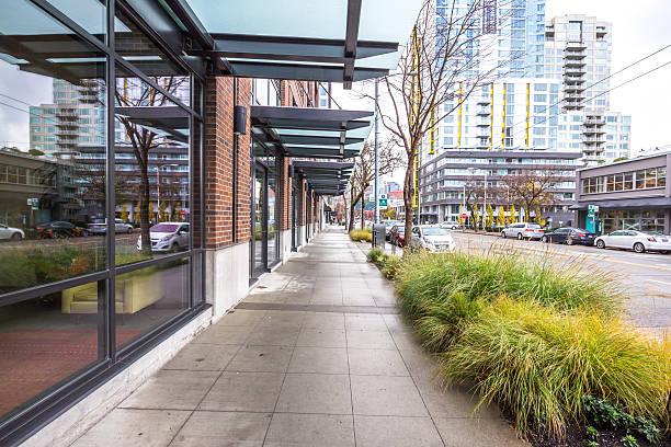 Leeren Gehweg vor modernen Gebäude in Seattle – Foto