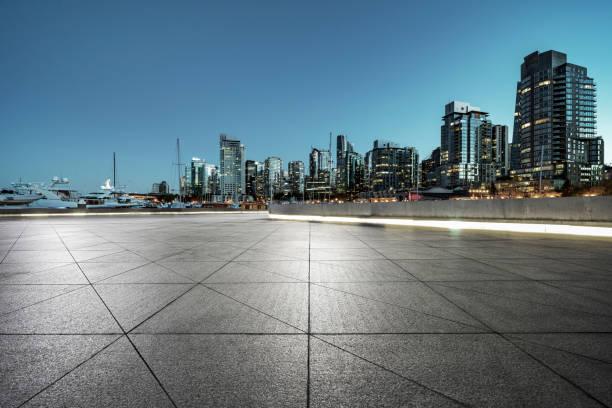 leere Pflaster vor der Skyline von Vancouver Hafen – Foto