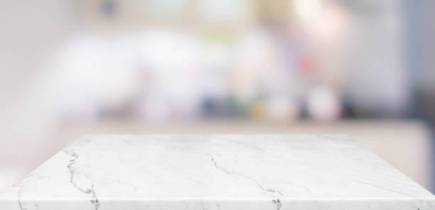 leere perspektive marmortischplatte mit verschwommenem hintergrund der hausküche. mocken sie die vorlage für das display oder die montage ihres designs, banner für die werbung des produkts. - marmorgestein stock-fotos und bilder