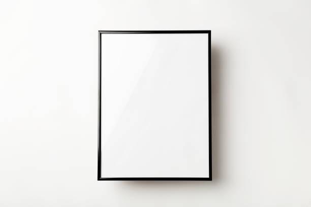 cornice fotografica vuota su uno sfondo bianco. copiare i concetti relativi allo spazio - intelaiatura foto e immagini stock